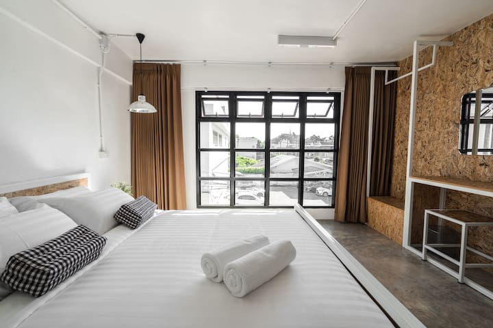 Private Room Queen Bed 5 Mins walk to Nimman Road