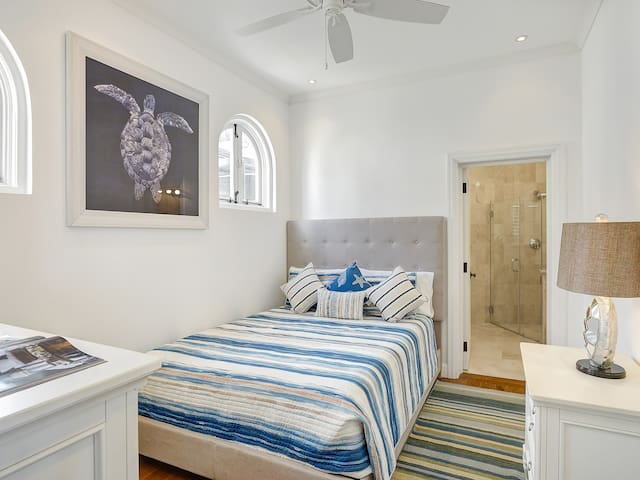 Upper level bedroom (Turtle Room) Queen bed