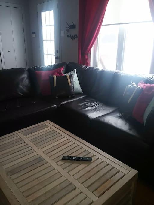 Mobilier de salon sectionnel spacieux  en cuir.
