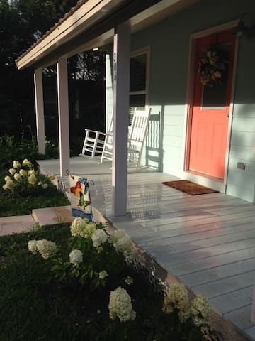 Beautiful - located in the center of all activity! - Ocean Springs - House