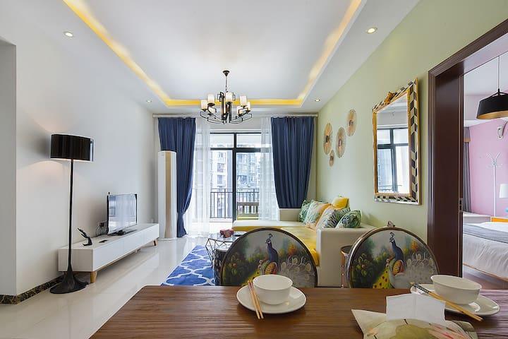 南坪万达商圈&紧临轻轨3号线&暖心公寓~南山俯瞰整个重庆&万达锋邸&温馨两居室&交通方便