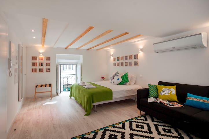 Studio in historic center with balcony: LG1