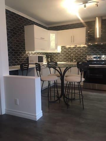 Partie de la cuisine et salle à manger