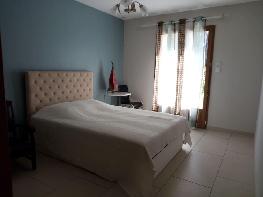 Chambre d 39 hote vaucluse dans villa contemporaine chambres d 39 h tes louer uchaux provence for Chambre dhotes orange vaucluse