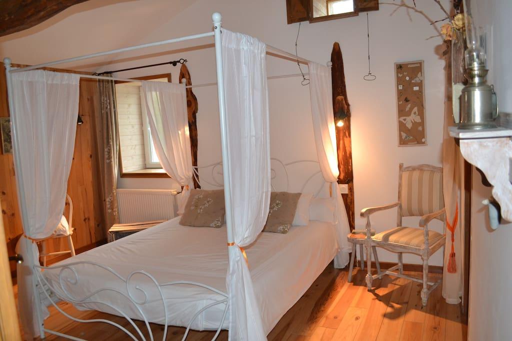 chambre d 39 h tes auvergne papillon maisons louer saint jean des olli res auvergne france. Black Bedroom Furniture Sets. Home Design Ideas