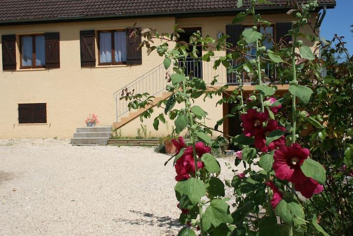 Maison 90m² au calme avec verger - Dole - บ้าน