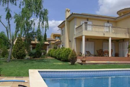 Habitación doble en chalet con jardín y piscina - Urbanització Sant Marçal - スイス式シャレー
