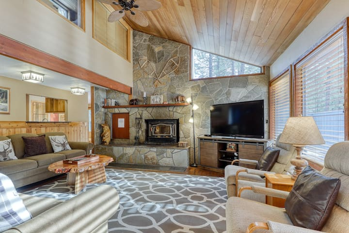 Inviting dog-friendly home w/ private hot tub, entertainment & SHARC access