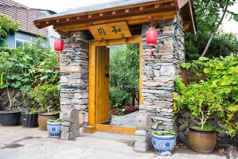 《和园》内建筑景观平缓舒适,院内假山、喷泉、鱼池、小桥、亭廊、花木疏密有致、亲切可人。