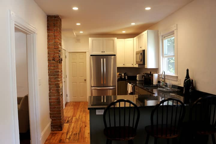 Bright 2-br in the heart of Portland!