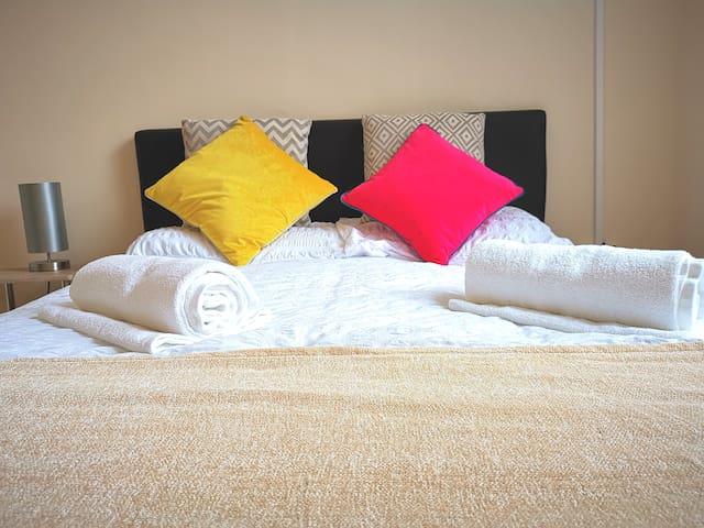 🏠 Spacious 4 bed House,W-Ton City Centre,Sleeps 9