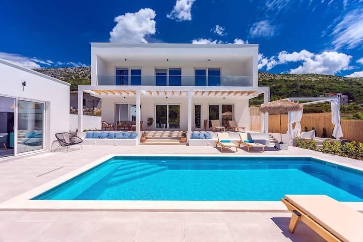 NEW! Villa Zen with 4 bedrooms, private 32 sqm pool, summer kitchen, 7 km from the beach