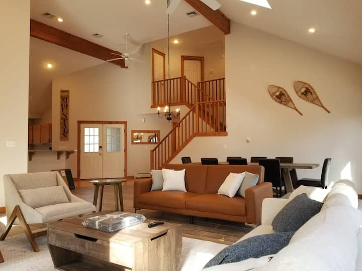 Newly Updated!! Grand Cabin Retreat: Close to All!