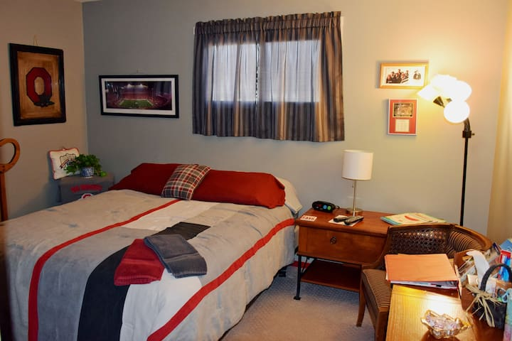 The buckeye Room with queen bed