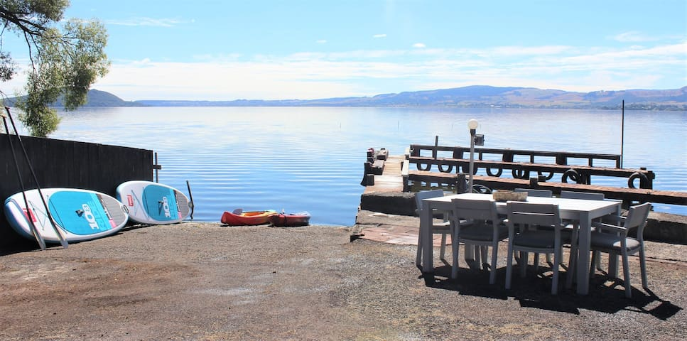 Lakeside apartment with boat ramp & jetties