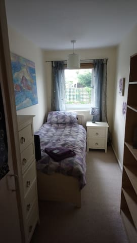 Cosy single room in homely, quiet terraced house.