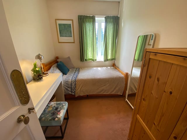 Single central room close to station with parking