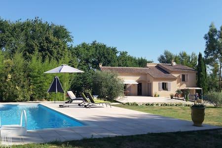 Skønt feriehus i klassiske Provence - Maubec
