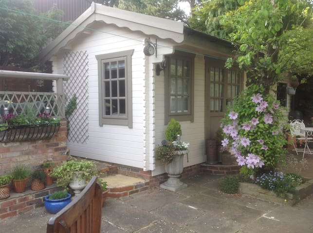 Delightful garden studio. - Burgess Hill - Houten huisje