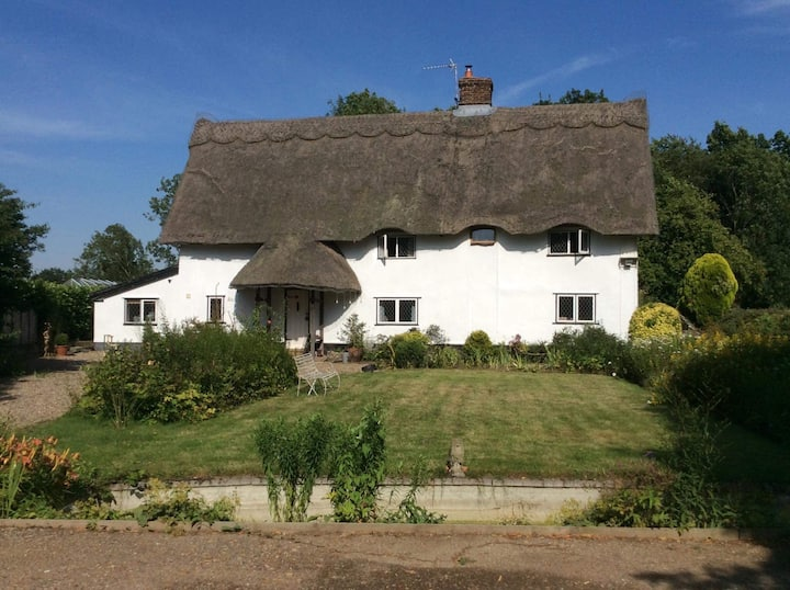 Beautiful thatched cottage, dog friendly