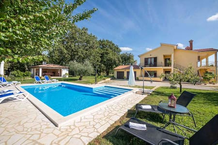 Apartment Petra 2 with swimming pool near Porec