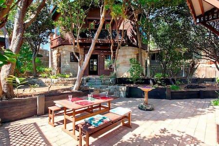 Elegantly-crafted Beachside Retreat (back house) - Valla Beach