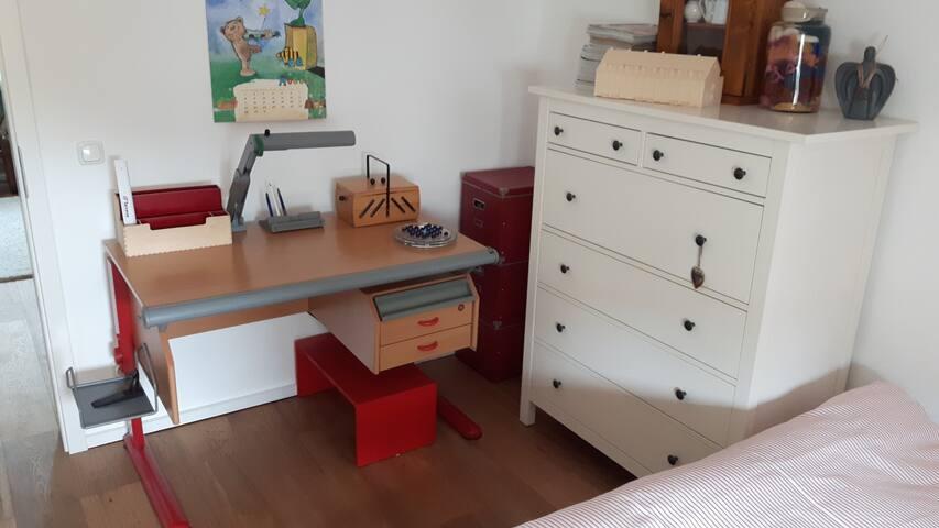 Arbeitsplatz: Schreibtisch oder Bett