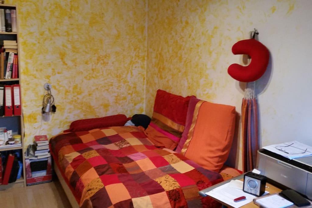 Zimmer ca. 10qm Bett 120x200cm können auch zwei (die sich liebhaben) schlafen. Schreibtisch