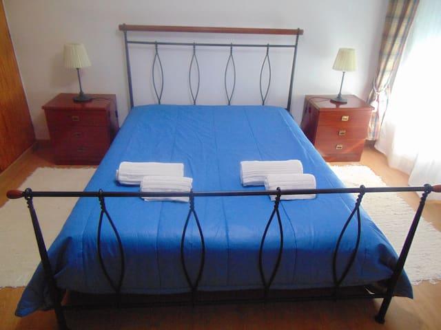 Quarto com Cama de Casal e Roupeiro, Cómoda e mesas de Cabeceira