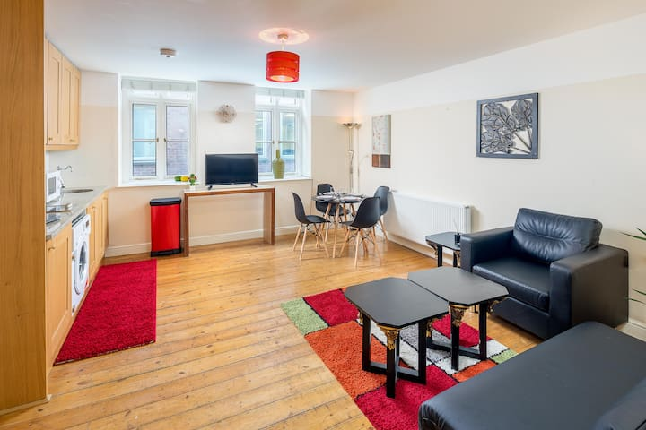 Well reviewed Zone 1 flat next to Liverpool St