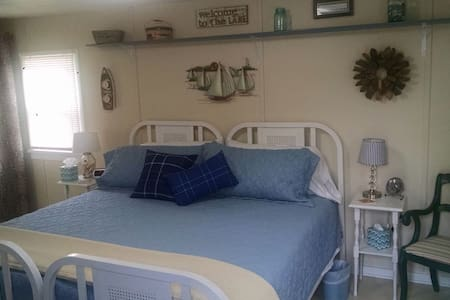 LAKE BREEZE (EAGLE HARBOR): WIFI--1 room (incl. a mini-kitchen area), 1 bathroom