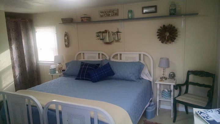 LAKE BREEZE (EAGLE HARBOR): WIFI--1 room (incl. a mini-kitchen area), 1 bathroom