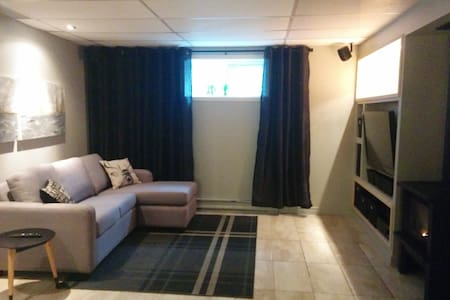 Chambre lit queen, salon et salle de bain privée - Neuville