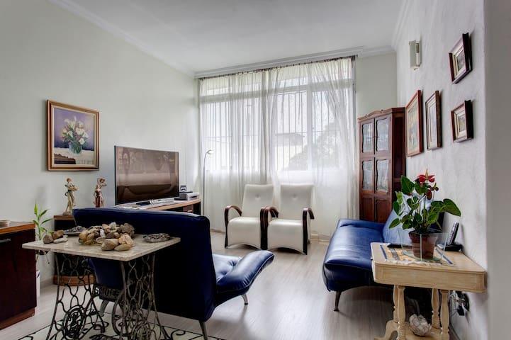 Suite em apartamento ao lado do metrô Ana Rosa.