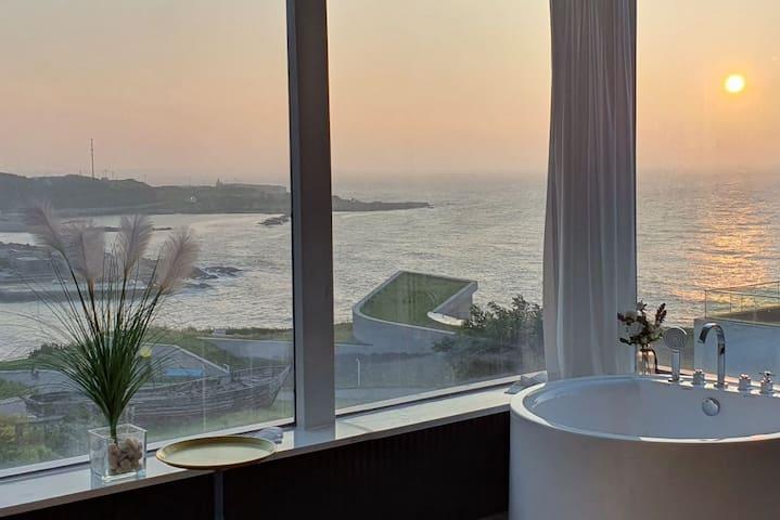 这是一间得到官方认证的海景情侣房,适合亲密的关系一起感受浪漫时光。观浪泡浴,浅斟慢酌,美好的一天,需要好好把握。
