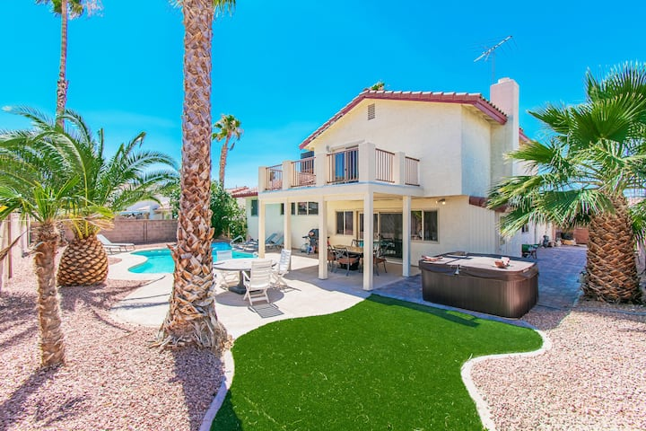 2.5miles to Strip! 4 King Beds! Pool & Spa/90 Jets