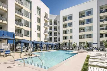 Luxury 2 Bedroom 2 Bath Next to Disneyland/ POOL!