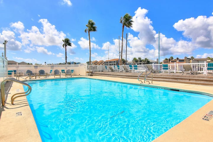 New listing! Lovely studio w/balcony, two pools, close to beach and shopping!