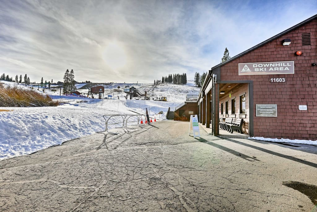 Enjoy easy access to Tahoe Donner amenities, restaurants and outdoor recreation!