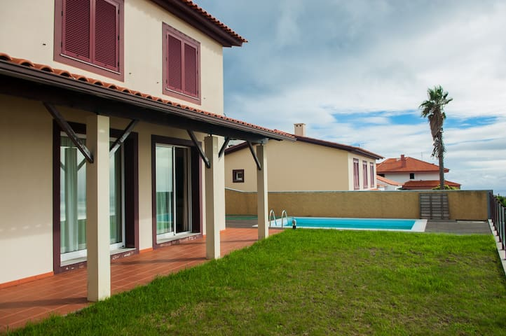 Entire Holiday Home w/ Pool & View - São Gonçalo - Casa