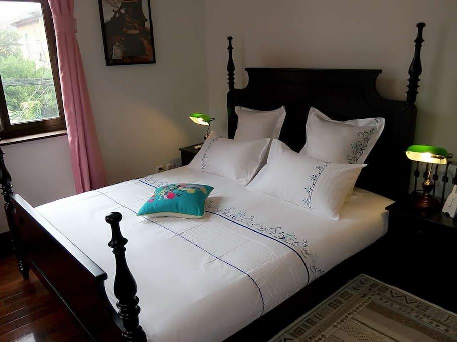 房间次卧舒适的1.8米大床