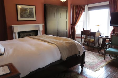 Welcome to Sweet Bay! Queen bed and double bed, spacious ensuite with soaker tub and separate shower. View of harbour from room. Guest use kitchen and deck with amazing views available not too far from this room. This room is quiet and cools nicely.