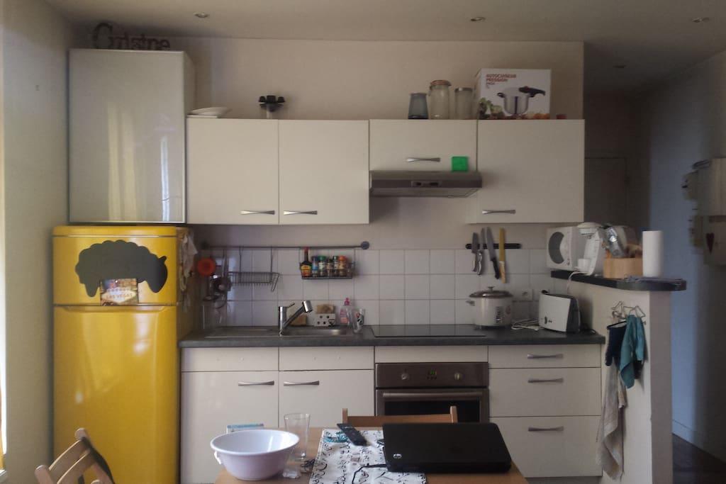 Dans la pièce à vivre : Une petite table qui se déplie pour 2 ou 4/6 personnes. La cuisine toute équipée.