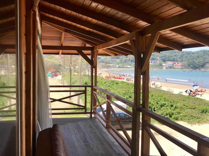 Casa com piscina e frente para o mar área de festa