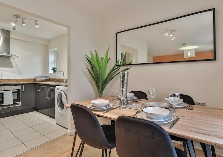 Keyworkers Welcome, 4Bed with Parking & WIFI