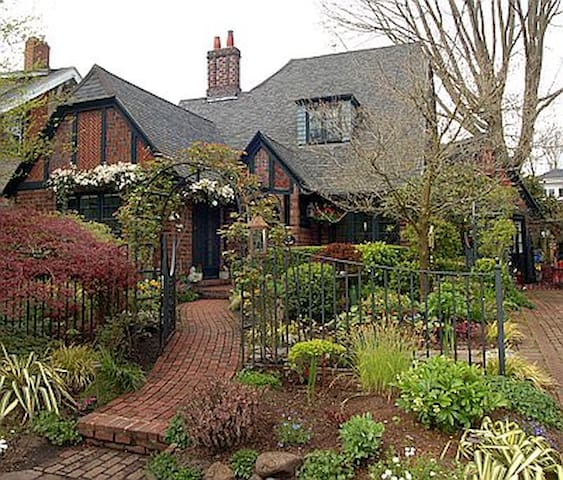 Quaint English Cottage Garden Apt.