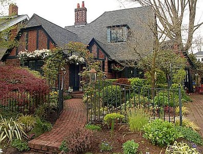Quaint English Cottage Garden Private Apt.