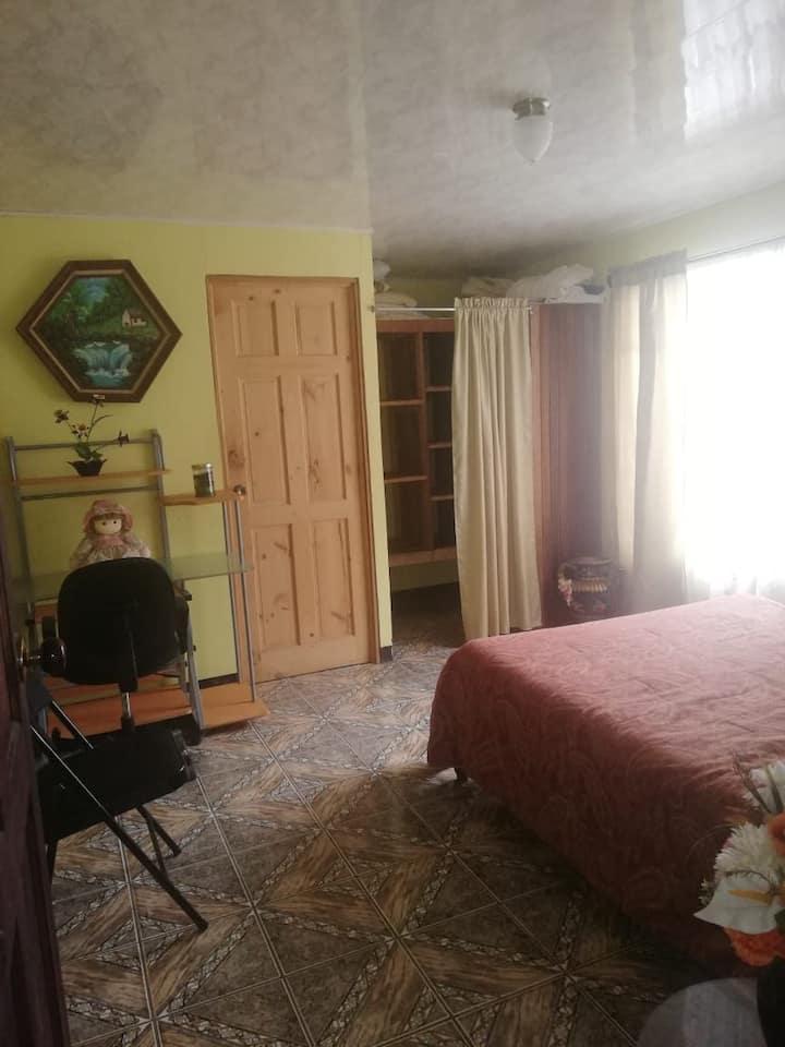 Acojedora Habitación en hogar Tico