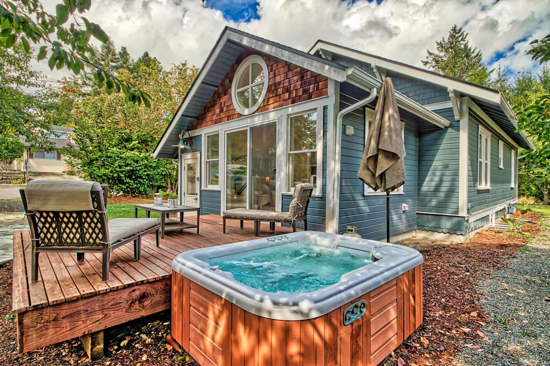 Please enjoy a soak in the luxurious hot tub year round!