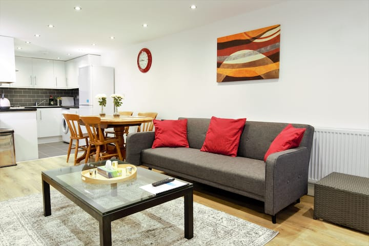 STYLISH APARTMENT situated in Heart of Greenwich